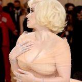 ビリー・アイリッシュ、水着巨乳おっぱいがエロ過ぎる!マリリン・モンロー風ドレスで「爆乳を見せるのはもう怖くない!」