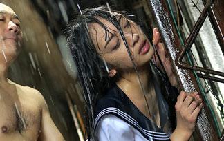 雨でびしょ濡れになった10代小娘のセイフクがえろ過ぎる件☆☆☆(えろ写真18枚)