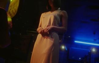 (TVキャプ)横山由依の透けチクビ疑惑wwwwwwスカートと服を脱ぎ捨ててキャミ1枚にwwwwww(えろ写真)