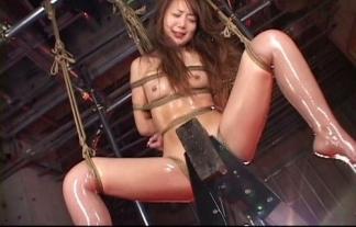(SM)三角木馬で拷問されてる女のまんこが凄い・・・・・・(えろ写真)