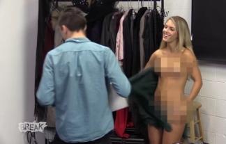 (海外)モデルの服が突然破れて裸になるハプニングドッキリwwwwwwこれは焦るwwwwwwwwww(キャプ写真48枚)