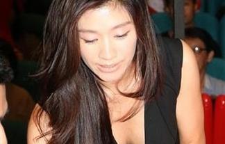 (写真)秘密撮影ご苦労ォォwwwwww篠原涼子があわやポ少女の胸チラ披露でカメラマンの餌食にwwwwwwwwww
