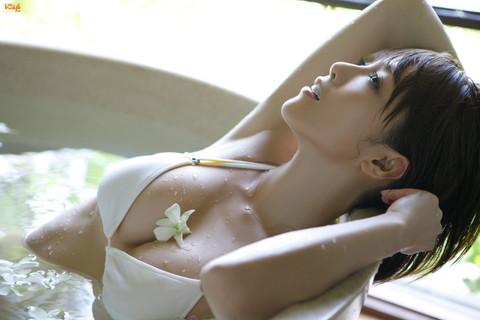 釈由美子 胸チラ おっぱい エロ画像006