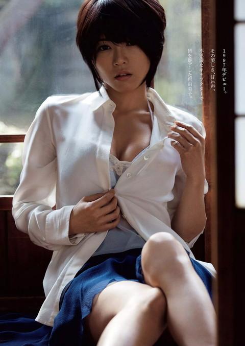 釈由美子 胸チラ おっぱい エロ画像009