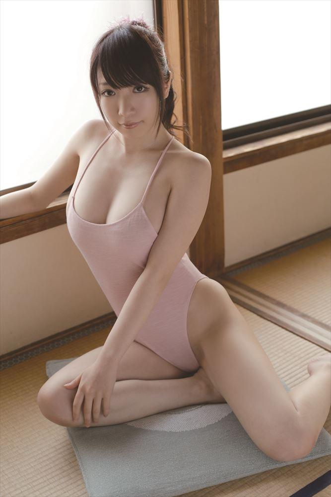 ピンク色の競泳水着?で登場する清水あいり