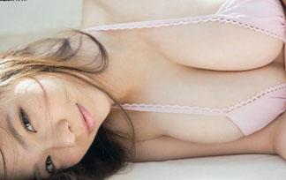 (写真)デカすぎるお乳にたいして極小ミズ着なんか着けちゃう鷹羽澪wwwwww