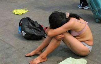 (衝撃写真)公衆の面前で裸になる女性が続出wwwwwwガチで流行してるらしいwwwwww