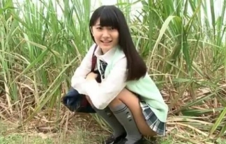 """(伊沙李)どことなく""""ももち""""に似てる小さい乳美10代小娘10代小娘のパンツが見えそう(※フィニッシュ見えた)(えろ写真35枚)"""