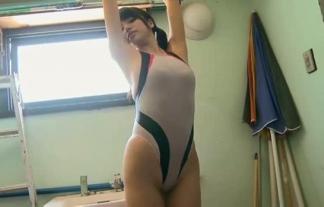 【小間千代】股間の切れ込みのエグい競泳水着で覆われるムチムチボディがヤバイ【エロ画像32枚】
