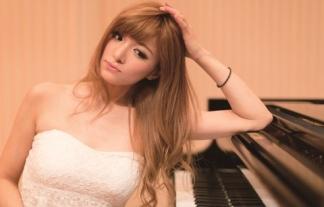 (高木里代子)ジャズ界のローラがビキニで美巨乳ハミ乳しながらピアノ演奏wwwwwwwwww(写真あり)