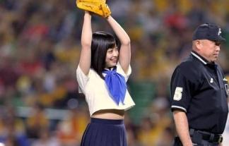 橋本環奈ちゃんの制服始球式でパンツ見えそうwwwwwwぷにぷにした腹チラもwwwwww(写真あり)