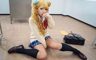 (コスプレ写真)谷間全開GAL子ちゃんが休憩室で服を脱ぎだすwwwwwwこれは襲うしか☆☆(写真43枚)