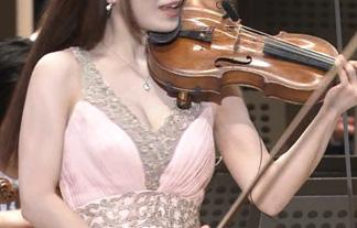 (胸チラ)モデルバイオニリストが「題名のない音楽会」で胸元パックリトリス☆(写真23枚&GIFムービー)