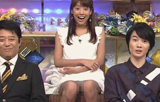 (パンツ丸見え)岡副麻希アナの緩んだお股から白パンティがチラリ☆(GIFムービーあり)