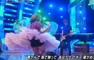 歌姫・aiko(40)のパンツ丸見え、胸ちらwwwwwwライブ、えろ過ぎだろwwwwwwww 写真52枚