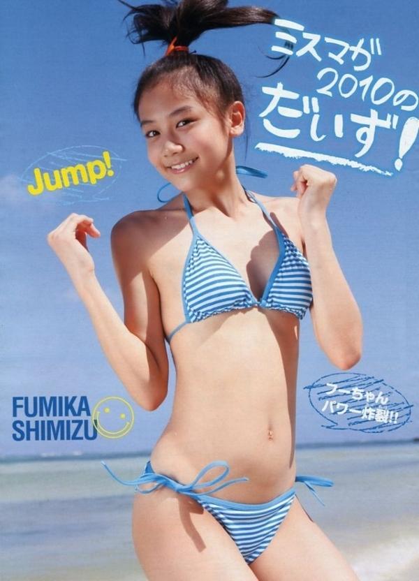 可愛いポーズでジャンプをする動きのある清水富美加