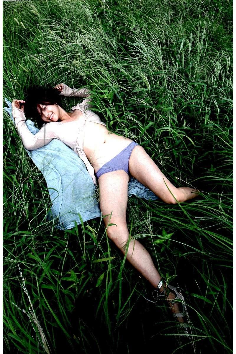 草原に寝転ぶ中村優
