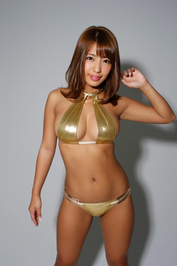 ゴールドのテカテカ水着がセクシー過ぎる橋本梨菜