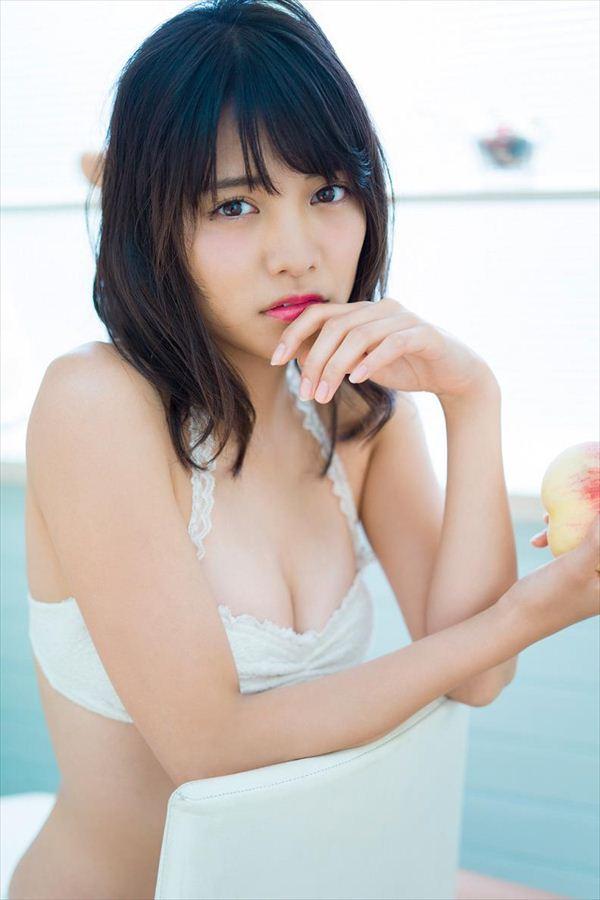 流し目でこちらを見つめる松永有紗