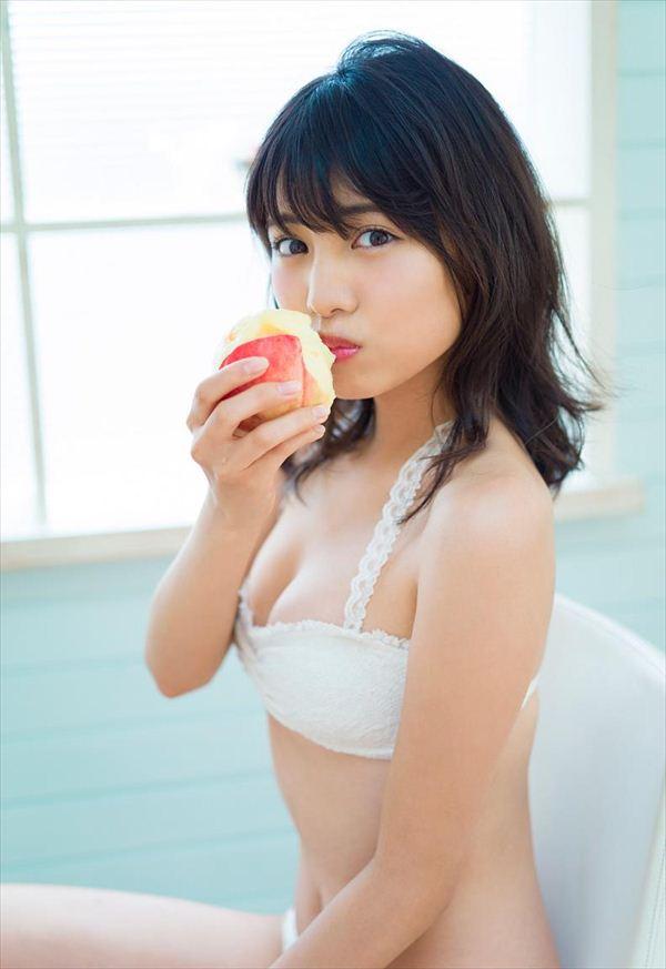 桃にカブリつく松永有紗