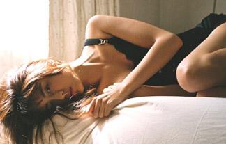 山本美月、胸元を大胆に露出したセクシーショットを披露!【エロ画像21枚】