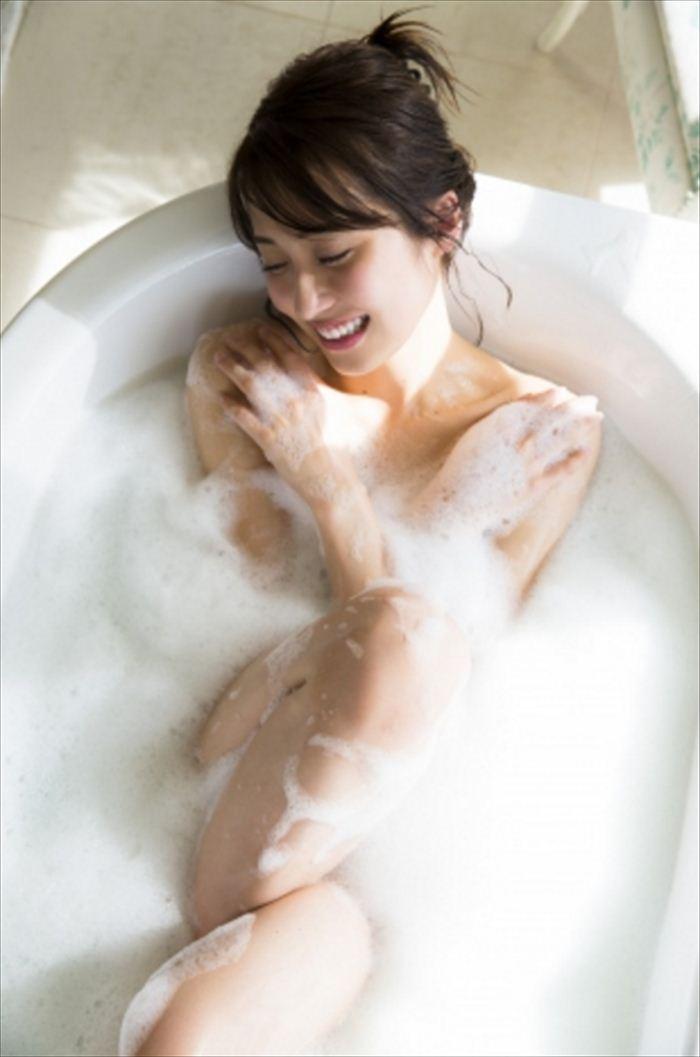 衛藤美彩 エロい水着画像 001