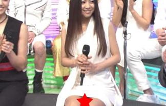 【放送事故】倉木麻衣パンチラ連発www覗かれた歌姫のエロ過ぎる股の下www 画像20枚 表紙