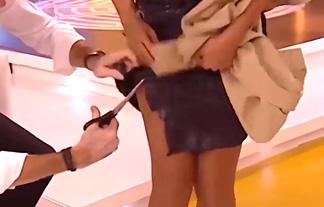 (せくはら)生放送で司会者が女性の服を切り刻む奇行☆「性的暴行」「これはアカン…」(写真26枚)