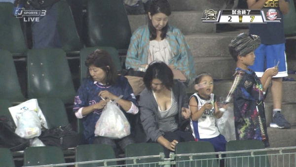 【胸チラ】野球中継で観客のドスケベな巨乳おっぱいが映ってしまうwww【エロ画像】 | ときめき速報 表紙