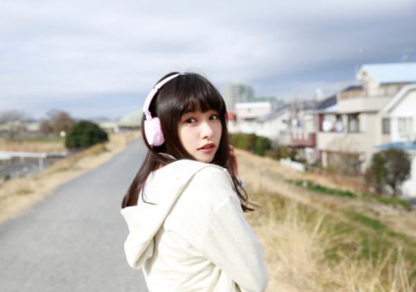 桜井日奈子 胸チラエロ画像017