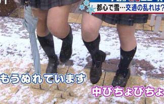 ミニスカJK、大雪でエロいことに!ローアングルで下半身撮られる…【GIF&画像26枚】