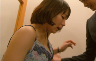 吉岡里帆、ブラが浮いて何か見えてる☆下着姿で首絞められ号泣…(えろ写真50枚)