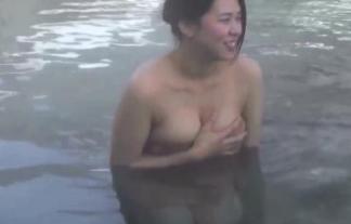 (キャプ写真)混浴番組でとんでもない美巨乳シロウトのお乳ハミ乳が映るwwwwwwwwww(ムービーあり)