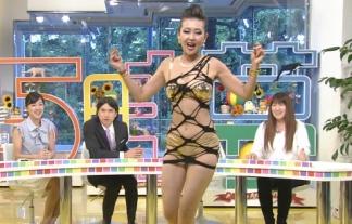 """このヘンタイ衣装がまだまともに見える""""岡本夏生""""のファッションが凄いwwwwwwwwww(TVキャプ)"""