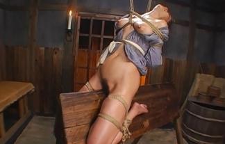 (木馬責め)三角木馬を拷問用具として考え付いた人間の闇が深い・・・・・・(えろ写真)