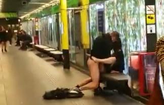 (公然猥褻)地下鉄のホームでパコパコしちゃうキチガイカップルが見つかるwwwwww(ムービーあり)