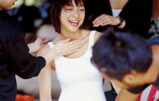 (黒歴史)相武紗季がミズ着姿で男に身体触られてるんだがwwwwww(写真あり)
