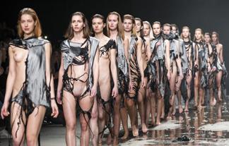 (まんこ)お乳を出すだけではもう古い☆見よ、これがオランダのファッションショーだwwwwww(写真10枚)