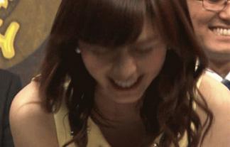(胸チラ)伊藤綾子アナが隙ありした瞬間、ニノに揉まれまくったお乳がチラリ☆(GIFムービーあり)