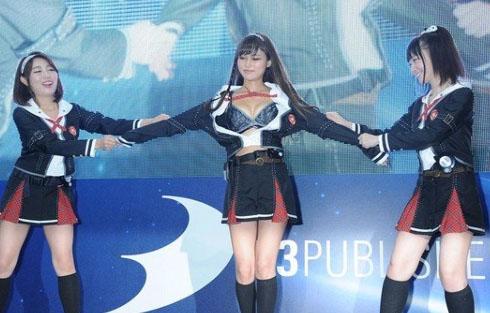 (写真)東京GAMEショーで10代小娘コスの女子が下着姿にwwwwマンスジ浮き上がってるんだがwwww