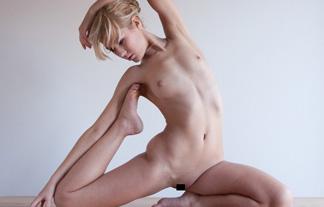 """(裸)ヨガに勤しむ女子が""""自然体""""を突き詰めた結果…(写真20枚)"""