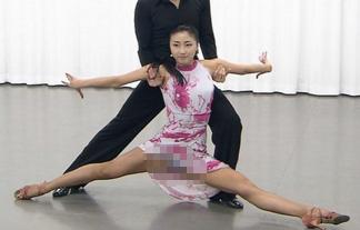 (パンツ丸見え)カネスマ社交ダンスで股間がマル見えに☆脚開きすぎだろ…(写真15枚)
