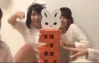 (パンツ丸見え)AKB48高橋朱里、生配信中にスカートの中がマル見えに☆(GIFムービーあり)