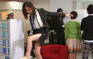 AKB48島崎遥香ミニスカスーツで開脚☆パンツが見えそうだぞwwwwwwww