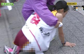 (放送事故)大学女子駅伝でパンツ丸出し&胸チラハプニングwwwwww(キャプえろ写真)