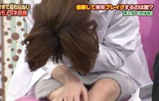 本田翼、白衣でパンツ丸見え☆太ももの奥からのぞくしましまパンティwwwwww(えろ写真17枚)