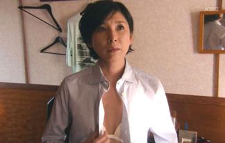 黒木瞳がシャツを脱いでブラ露出☆ホックまで外して臨戦態勢に…(人妻えろ写真36枚)