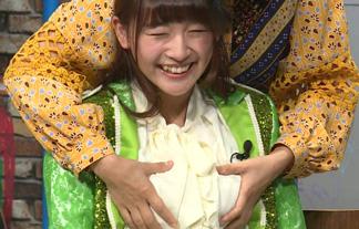 浅川梨奈(17)やらしい手つきで乳を揉まれる☆同級生が見てるかもしれないのに…(えろ写真)