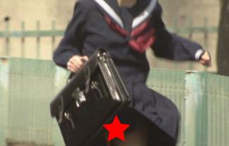 (パンツ丸見え)カネスマで再現VTRの10代小娘のスカートがめくれ上がるハプニング☆(キャプえろ写真)