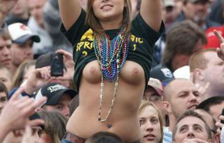 (外露出)試合中にムラムラしすぎてお乳丸出しになった女がネットに晒されるwwwwww(えろムービー)